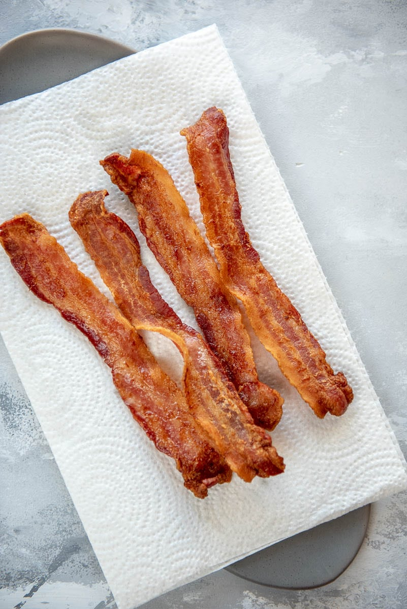 4 cooked strips of bacon on a paper towel